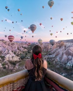 Cappadocia's famous hot air balloon celebration. 🎈 Photo via Cappadocia Balloon, Cappadocia Turkey, Places To Travel, Places To Visit, Travel Destinations, Balloons Photography, Air Balloon Rides, Hot Air Balloon Outfit, Hot Air Balloons