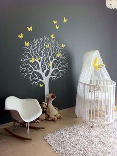 Petit cocon apaisant pour bébé. Mur en gris, papillons jaune.