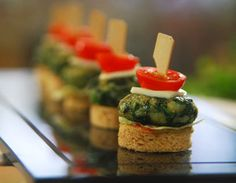How to make Palak Tikki-Spinach and potato mixture shaped into tikkis, shallow fried and served on toasted bread. Veg Appetizers, Indian Appetizers, Indian Snacks, Appetisers, Appetizers For Party, Indian Food Recipes, Appetizer Recipes, Appetizer Ideas, Snacks Recipes