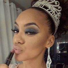 Raíssa Santana - Miss Brasil 2016. Esse olhão todo azul até nos lembra da beleza de um céu estrelado, né? A Raissa usou o glitter da By Femme, além de misturar duas cores de batom para chegar nesse nude pálido.