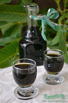 lichior-de-nuci-5 Chutney, New Recipes, Healthy Recipes, Romanian Food, Romanian Recipes, Jam Jar, Wine Decanter, I Foods, Preserves