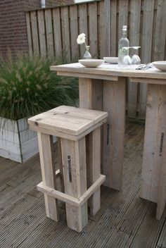sigh, there are no woodworking plans with this post but apparently someone built it with scaffolding wood. Pallet Bar Stools, Pallet Crates, Wooden Pallets, Pallet Stool, Pallet Furniture, Furniture Making, Outdoor Furniture Sets, Yard Furniture, Scaffolding Wood