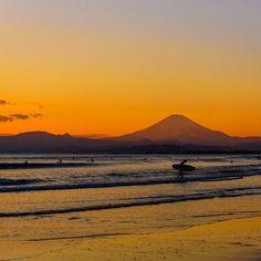 【kumamon533】さんのInstagramをピンしています。 《湘南の夕焼け 冬は少し離れたところからも富士山がスッキリ見えてくれます ここ湘南海岸でも夕焼け狙いのカメラマンが何人かいました 日の入り後に海岸全体がオレンジ色に染まる様は本当に綺麗でした . 夕方までに富士山が雲に隠れてしまわないかハラハラしていましたが、最後までクッキリとその威風堂々とした姿を見せてくれていました✨✨ . どうやら、今日の富士はご機嫌が良かったようです . 真冬の海から上がってくるサーファーの方のやりきった感が印象的でしてた . #湘南 #富士山 #海 #サーフィン #サーファー #冬の空 #風景 #冬 #冬の湘南 #湘南海岸 #D750 #nikon #landscape #surfing #fuji #夕焼け #やまなしカメラクラブ》