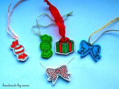 Brooches from polymer clay, or original nametags :) Clay Tutorials, Brooches, Polymer Clay, Christmas Ornaments, The Originals, Holiday Decor, Xmas Ornaments, Brooch, Christmas Jewelry