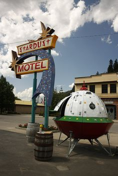 Stardust Motel - Space age neon sign with flying saucer in Wallace, Idaho - (atomic age, mid century modern) Ufo, Vintage Neon Signs, Vintage Hotels, Roadside Attractions, Roadside Signs, Hotel Motel, Old Signs, Advertising Signs, Route 66