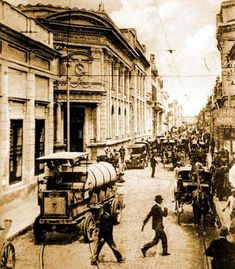 Sociedad - Mirá cómo lucían la plaza Independencia, los teatros Alberdi y San Martín y la esquina de San Martín y Laprida.