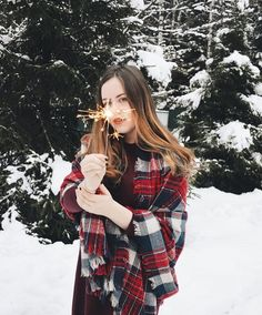 Pin by hannah on christmas fotoshooting, fotoideen, fotos. Christmas Photography, Winter Photography, Photography Poses, Winter Instagram, Outdoor Pictures, Wild Girl, Stylish Girl Pic, Winter Photos, Winter Wonder
