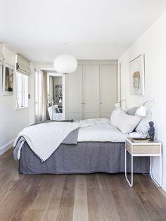 bostadsrätt sovrum platsbyggd garderob Gate Way, Upholstered Dining Chairs, Counter Stools, Modern, Furniture, Home Decor, Bedroom Inspiration, Flower, Bedrooms