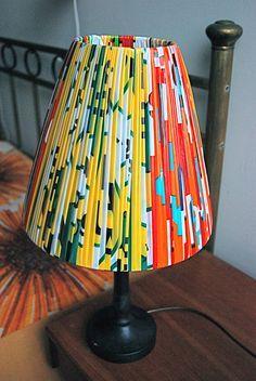 Lampunvarjostin muovipusseista. Kuva: Aija Rouhiainen