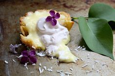❥ OMG~ Does this look tasty. Lilac Coconut Cream Tarts feature a shortbread dough crust for a buttery, cookie-like tart base. Toasted Coconut, Coconut Cream, Kitchen Vignettes, Tart Molds, Pbs Food, Blueberry Juice, Tart Shells, Buttery Cookies, Flower Food