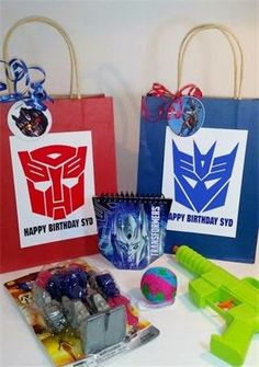 Transformer Party : Goody bags with autobots/decepticons Favors are themed to match party