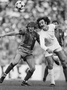 Allan Simonsen y del Bosque. FC Barcelona vs. Real Madrid, 1979/80.