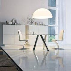 Białe nowoczesne włoskie krzesło do jadalni. Przy wyborze krzeseł nie liczy się jedynie design, tak ważny dla każdego stylowego wnętrza, ale również ergonomia i komfort użytkowania. Włoskie krzesło Betty to dowód na nieograniczoną wyobraźnię projektanta - Yasuhiro Shito. To nowoczesny design, na który składają się dynamiczna linia, najwyższa jakość materiałów oraz połączenie wygody i ergonomii. To krzesło, które może znaleźć zastosowanie zarówno w jadalni, gabinecie lub sali konferencyjnej.