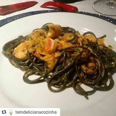 Vamos jantar? #Repost @temdelicianacozinha with @repostapp  Esqueci de contar que a receita do meu spaguetti de tinta de lula com molho de moqueca de camarão já está no blog. Eu se fosse você não deixaria de fazer essa receita incrível. Simplesmente o melhor prato que experimentei em Portugal Acesse www.temdelicia.com. #temdelicianacozinha #moqueca #camarao #tintadelula #delicious #nhumi #shrimp #receita #foodbloggers #pasta #spaguetti #frutosdomar #seafood #riodejaneiro by topfoodsbrasil…