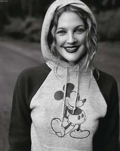 i feel like Drew Barrymore is the only one who can look cute and innocent with such dark lip color. and i ilke mickey mouse