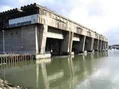 Base de submarinos U-Boot en Burdeos    Este impresionante vestigio de la Segunda Guerra Mundial se inició en 1941 y se finalizó en 1943. Albergaba una flota de 12 submarinos de la Kriegsmarine.   Se inició la construcción de dos búnkeres en Burdeos, la cuarta ciudad más grande de Francia al comenzar la guerra. Ambas estructuras se iniciaron en 1941, si bien una de ellas no se había finalizado al final de la guerra.