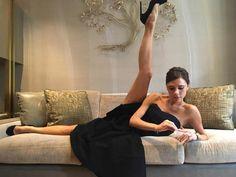 ヴィクトリア・ベッカム、新たな美脚披露方法を考案!