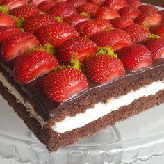 Çilekli Çikolatalı Pasta için Gerekli Malzemeler: Pandispanyası için; 5 adet yumurta 1 su bardağı toz şeker 2 su bardağı un 3 yemek kaşığı kakao 3 yemek kaşığı