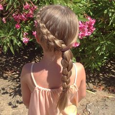 This is one style we did when we were in France🌺💐 3D dutch braid style☀️