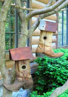 Csizmából is kialakíthatunk madáretetőt, fészekrakó helyet. Ehhez már több kézügyesség kell, de nagyon vagány ötlet!