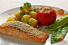 Batata soute, salmão com mostarda e gergelim, tomate recheado com mussarela de búfala e ervilha torta