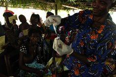 Matki w Sierra Leone wiedzą, że szczepienia mogą ochronić ich dzieci przed najgroźniejszymi chorobami zakaźnymi. www.unicef.pl/pomagam © UNICEF/Z.Dulska Matki, Sierra Leone, Clothes, Outfits, Clothing, Kleding, Outfit Posts, Coats, Dresses