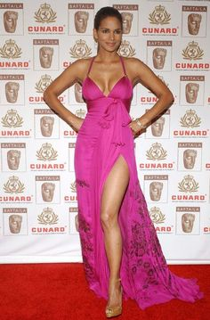 Halle Berry in Roberto Cavalli Halle Berry Style, Halle Berry Hot, Beautiful Celebrities, Beautiful Actresses, Hale Berry, Black Actresses, Red Carpet Dresses, Beautiful Black Women, Sexy Dresses