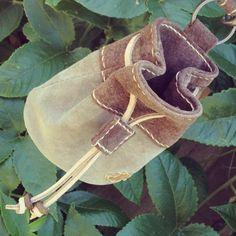 スエード革の小袋、茶&グレーのバージョンです。毎日の犬の散歩で餌を入れる袋が欲しくてデザイン製作しました。袋の形状は、大工さんが腰バッグと一緒に付ける釘袋およ...|ハンドメイド、手作り、手仕事品の通販・販売・購入ならCreema。