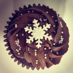 Chocolate cupcake with snowflake sprinkle Sweet Cupcakes, Yummy Cupcakes, Fun Food, Good Food, Pie Brownies, Cake & Co, Baby Shower Winter, Chocolate Cupcakes, Grandchildren