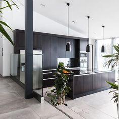 Tummat keittiökalusteet tekevät tästä tilavasta keittiöstä elegantin ja tyylikkään. Room Divider, Decor, Furniture, Home, Home Decor, Room