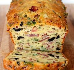 OMG, Olive, Bacon and Cheese Bread! Are you looking for a quick lunch fix at work? Or simply a good dish everyone will love at home for dinner? Serve this olive, bacon, ham and cheese quick bread w. Bread Snacks Recipe, Bread Recipes, Snack Recipes, Cooking Recipes, Cake Aux Olives, Brunch, How To Make Sandwich, Cheese Bread, Cheese Puffs