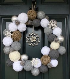 DIY Christmas Wreaths: Snowball Wreath