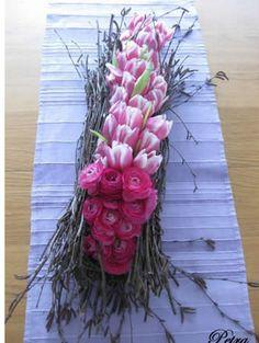 http://www.tuinadvies.nl/werken_met_berkentakken.htm    Leuke creatie voor op tafel    Variatie: een soort schuitje maken van takken en daar bolletjes in zetten