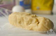 Amandelspijs met maar 4 ingrediënten! Dit recept voor amandelspijs is heel erg handig om in huis te hebben, aangezien veel kerstrecepten hier gebruik van maken. Neem bijvoorbeeld de kerststolen de amandelstaaf; deze recepten zijn veel minder lekker zonder amandelspijs! Gelukkig is het hartstikke s
