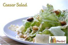 Caesar salad com impressionante e suculento peito de frango ou mignon grelhado com ervas frescas.