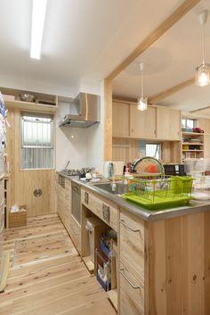 シンプルに木のキッチンをつくります。 システムキッチンには無い温かみのあるキッチンが出来ますよ。