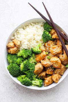 Healthy Orange Chicken - a simple and delicious healthy easy weeknight dinner that your entire - Food and drinks interests Healthy Snacks, Healthy Eating, Healthy Recipes, Simple Healthy Dinner Recipes, Whole30 Recipes, Healthy Meal Prep, Easy Snacks, Healthy Orange Chicken, Chipotle Chicken