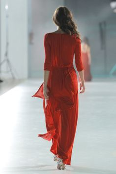 Nos gusta el rojo... aunque sea de espaldas  Foto: desfile de la colección de Celia Vela para primavera-verano 2014 en la 080 Barcelona Fashion