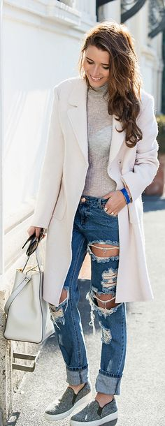 Veronica Ferraro is wearing a white coat and sweater from Zara, ripped jeans from Styligion, shoes from W Concept and the bag is from Fendi
