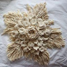 📷 Reposted from: 😍😍👍 👍👍 . Macrame Art, Macrame Projects, Micro Macrame, Yarn Wall Art, Hanging Flower Wall, Thread Art, Macrame Tutorial, Macrame Patterns, Diy Christmas Ornaments