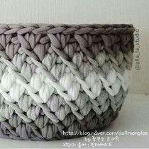 Gorgeous chunky yarn crocheted basket in monochrome greys. Crochet Bowl, Love Crochet, Crochet Yarn, Crochet Stitches, Yarn Projects, Crochet Projects, Knitting Patterns, Crochet Patterns, Crochet Storage