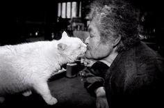 伊原美代子︰老祖母與她的小白貓 | Photoblog 攝影札記 - 最新奇、最好玩的攝影資訊及技巧教學