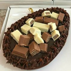 Twix Chocolate, Chocolate Treats, Delicious Desserts, Dessert Recipes, Yummy Food, Simple Cake Designs, Brownie Desserts, Food Gifts, Food Cravings