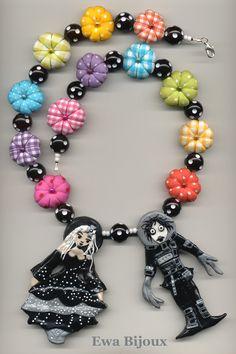 Collier avec pendentifs en pâte polymère, coussins en tissu et perles synthétiques.