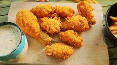 Kentucky stílusú csirke Hozzávalók:(kb. 10db egész csirkeszárnyhoz) A csirkéhez: 4 ek liszt 400 ml víz 60 gr kukoricapehely 200 g kukoricaliszt 2 mk só 1 mk cayenne bors 1 tk fokhagyma granulátum 1 mk bors 1 mk sütőpor olaj A ranch szószhoz: 2 dl tej 1/2 citrom leve 1/2 csokor snidling 1/2 csokor petrezselyem … Continued No Salt Recipes, Meat Recipes, Chicken Recipes, Cooking Recipes, Meat Meals, Kentucky Fried, Fast Dinners, Hungarian Recipes, Breakfast For Dinner