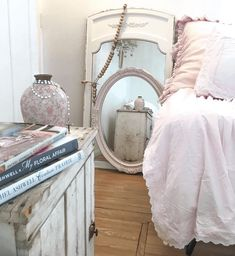 This romantic shabby chic mobile home should be gracing the cover of Rachel Ashwell's next book. It's a gorgeous home with some great detail. Modern Shabby Chic, Estilo Shabby Chic, Romantic Shabby Chic, Simply Shabby Chic, Shabby Chic Bedrooms, Shabby Chic Style, Shabby Chic Decor, Bedroom Vintage, Modern Mobile Homes