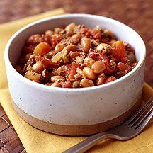 Chili con Carne  1 TL Pflanzenöl      1 Zehe(n) Knoblauch, gepresst      1 Stück (mittelgroß) Zwiebel/n, fein gehackt      1 Stück Karotten/Möhren, in feinen Würfeln      1 Stück (rot) Paprika, in feinen Würfeln      500 g Tatar, roh    1 Prise(n) Jodsalz    1 Prise(n) Pfeffer, schwarz, frisch gemahlen      800 g Tomaten (Konserve)    2 TL Chilipulver/Chiliflocken    1 Prise(n) Oregano    1 TL Streusüße    400 g (Abtropfgewicht) Kidneybohnen (Konserve)