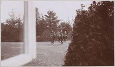Spala 1912: Princesa Irene da Prússia, e as Grã-duquesas Tatiana e Olga passeando em grupo, acompanhadas de um oficial.