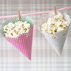 Gör egna popcornstrutarPopcorn brukar vara populärt på kalas och jag tänkte visa er hur man gör söta popcornstrutar med hjälp av en cirkelstans (Circle border punch) från Martha...