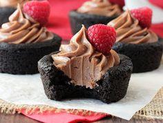 Υπέροχα cupcakes με φανταστικήβάση μπισκότου και υπέροχη γέμιση Νουτέλας. Μια εύκολη συνταγή για ένα λαχταριστό γλυκάκι με απίθανη γεύση που θα εντυπωσιάσ